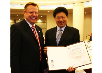 Award for MA Canrong (Honorary Member of the Executive Committee of the Choir Olympics) in Berlin 2007 | © INTERKULTUR